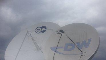 Dunkle Wolken über den Satellitenschüsseln des Deutsche Welle-Standortes in Berlin