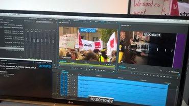 Schneideraum im NDR, auf einem Monitor sind Fahnen von ver.di zu sehen